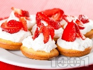 Рецепта Домашни плодови малки кексчета (мъфини) с крем от сладкарска сметана, извара, лимонов и портокалов сок и ягоди